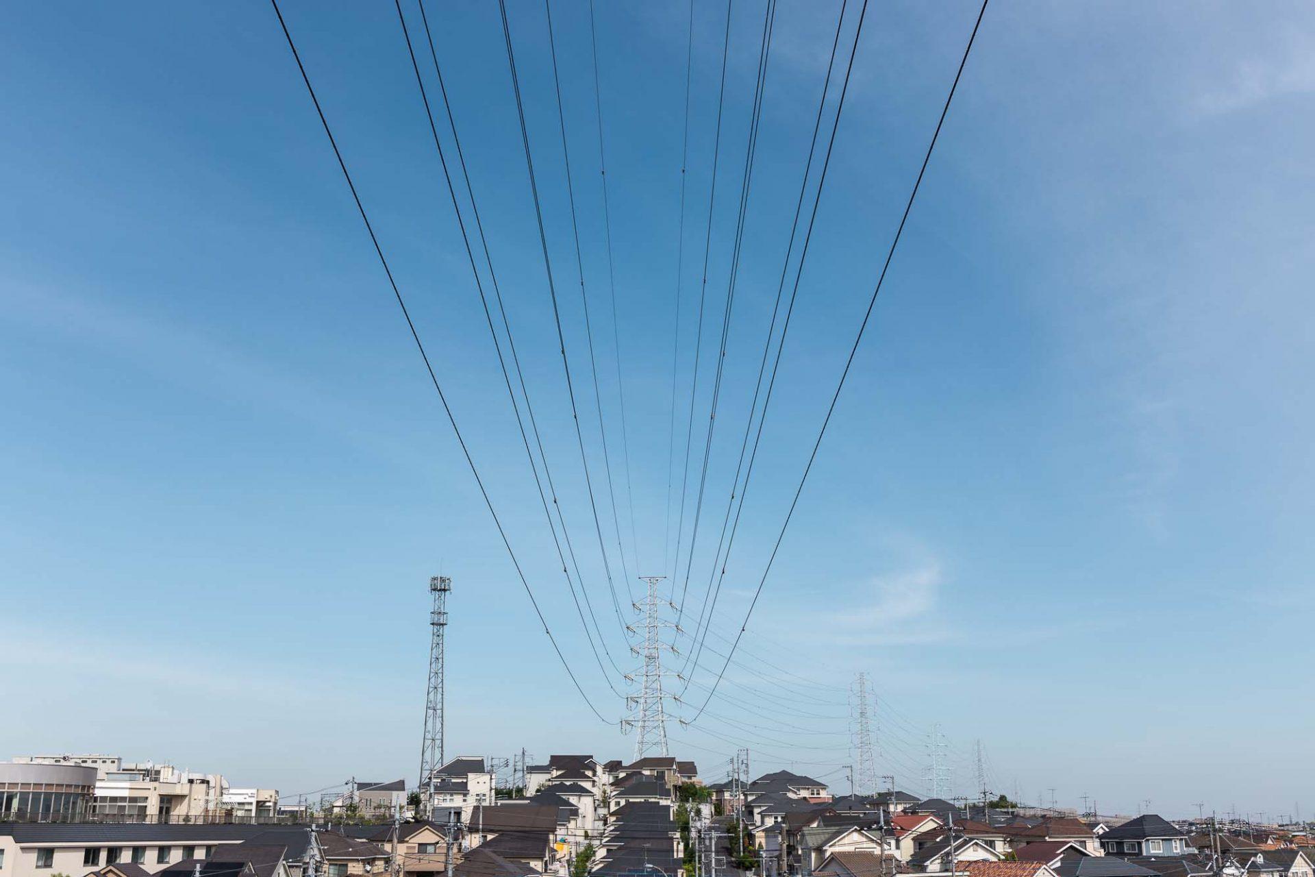 高圧線の鉄塔と電線